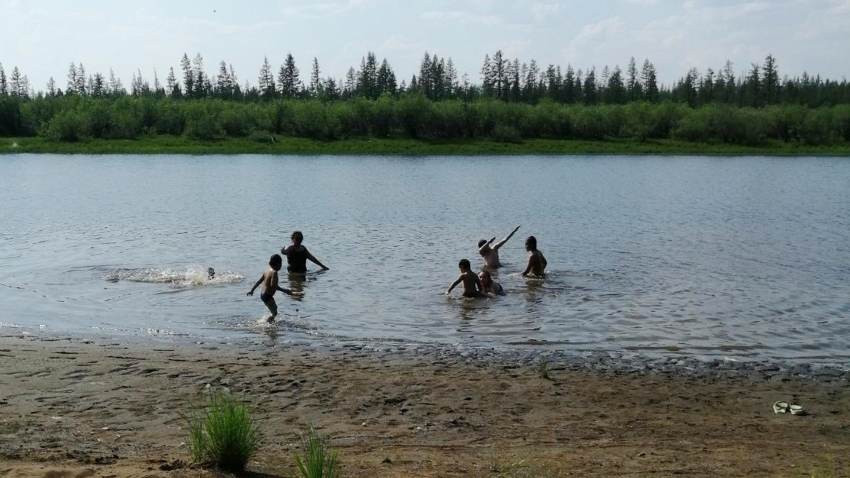 children play in the Krugloe lake