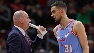 Tomas Satoransky talks to Bulls head coach Jim Boylen during a game against the Memphis Grizzlies