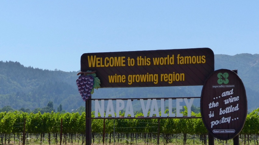 """A sign that reads Welcome to this world famous wine growing region, NAPA VALLEY"""" is standing at the entrance of the wine region """"Napa Valley"""" in Napa, United States, 19 July 2017."""