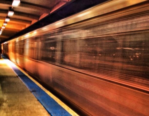 [chicagogram] Granville #night #chicagogram #igerschicago #chicago #photooftheday #iphoneonly #jj #iger #platform #el #cta #redline #granville #train #transit
