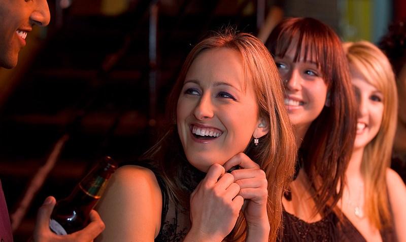 women_bar_cocktails