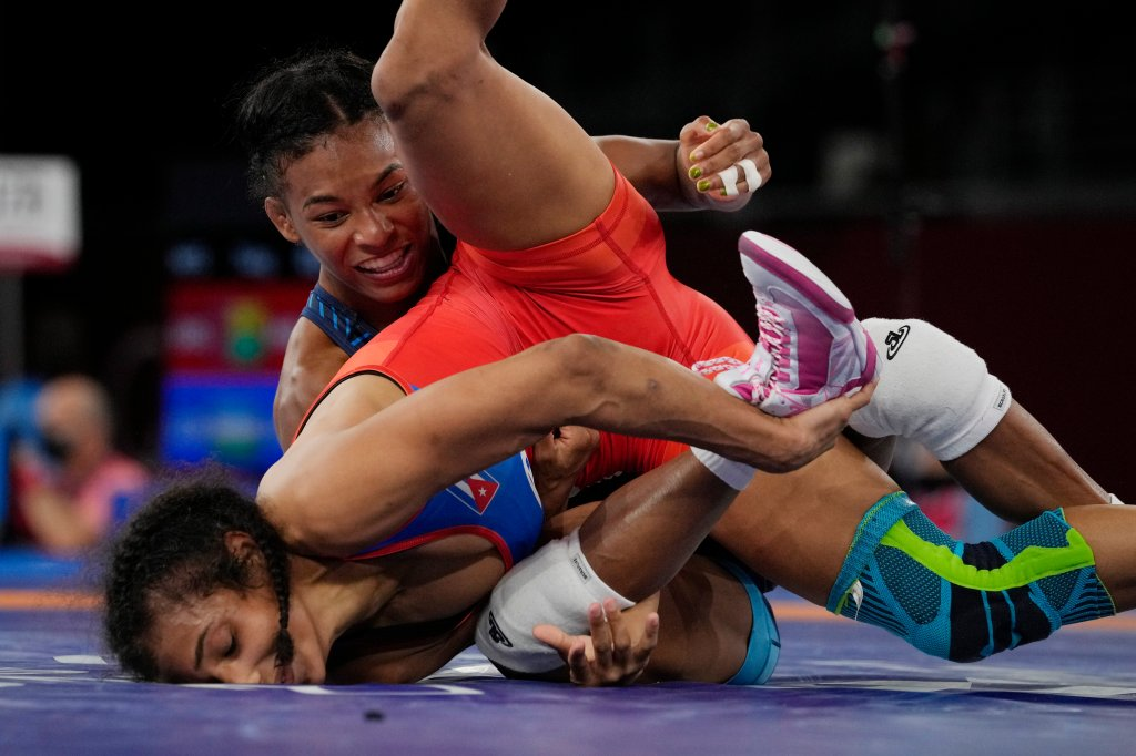 United States's Jacarra Gwenisha Winchester, top, competes against Cuba's Laura Herin Avila