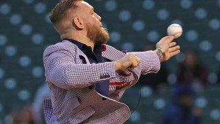 Conor McGregor tira el primer lanzamiento en el partido de los Chicago Cubs.