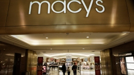 Dow Falls More Than 100 Points as Tech Stocks, Macy's Slide