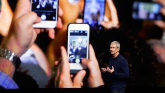 Apple's Quarterly Sales Fall, But Forecast Calls for Gains