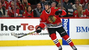 Blackhawks Ink Hinostroza to Contract Extension
