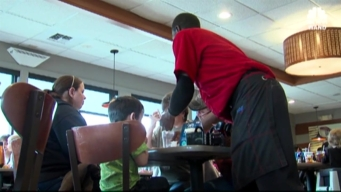 Photo of Server's Act of Kindness Goes Viral