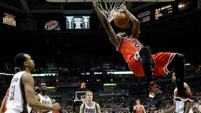Late 3-Pointer Lifts Bulls Past Bucks