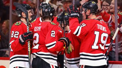 Toews Helps Blackhawks Beat Avalanche