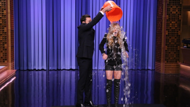 [NATL] Fallon: Lindsay Lohan Takes the ALS Ice Bucket Challenge