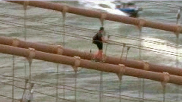 [NY] Caught on Video: Man Allegedly Climbs Brooklyn Bridge for Photos