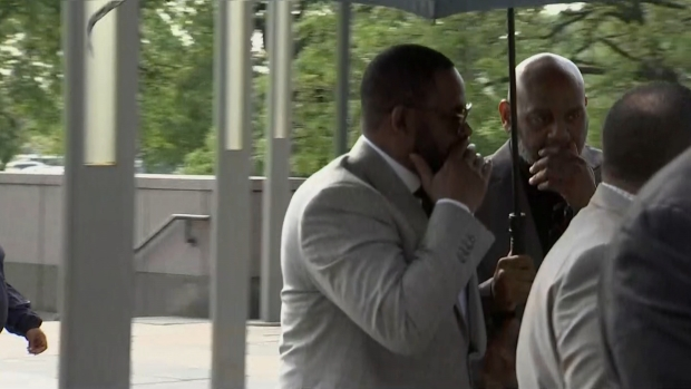 [CHI] R. Kelly Arrives at Court for Hearing on New Charges