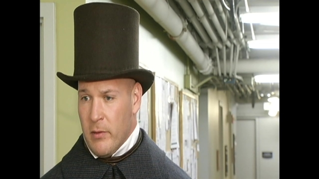 "[CHI] Urlacher Appears in ""A Christmas Carol"" Play"