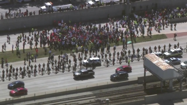 [CHI] 'Shut it Down': Chicago Protesters March Onto Dan Ryan Expressway