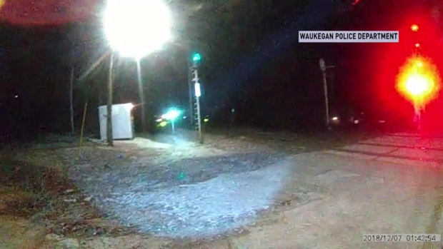 [CHI] Dramatic Footage: Officer Tackles Girl Walking Toward Moving Train