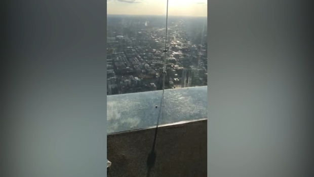 [CHI] Coating on Skydeck Ledge Appears Cracked in New Video