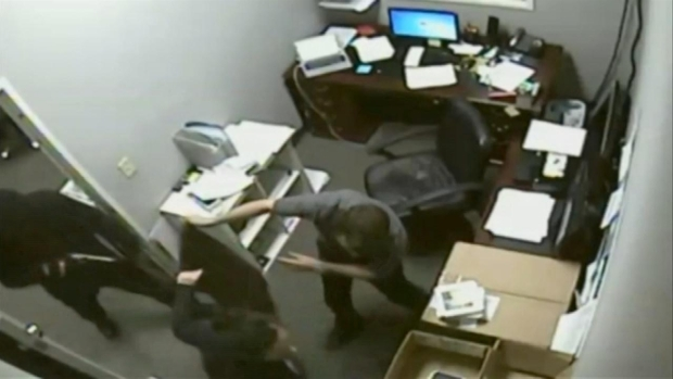 [DGO]Sprint Employee Shares Armed Robbery Ordeal