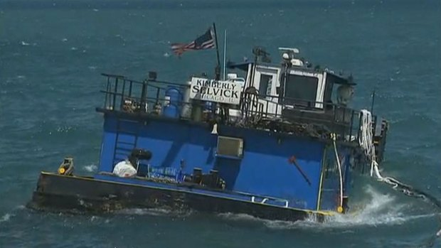 [CHI] Crews Work to Remove Tugboat from Lake