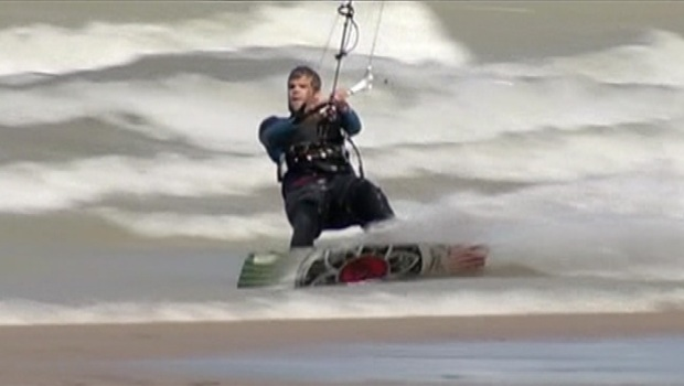 [CHI] Surfers, Kiteboarders Take to Big Waves on Lake Michigan