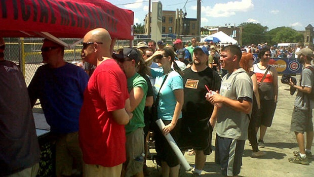 [CHI] Pearl Jam Fans Brave Heat For Swag
