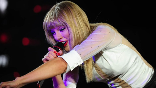 Taylor Swift Paints Chicago Red