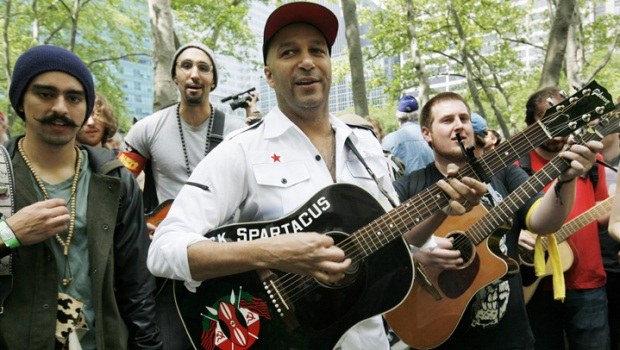 [CHI] Tom Morello Seranades Nurses at Rally