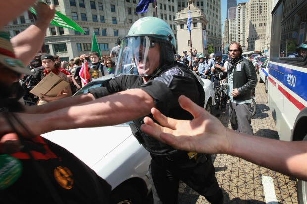 [CHI] Police Keep Their Cool in the Face of Protests
