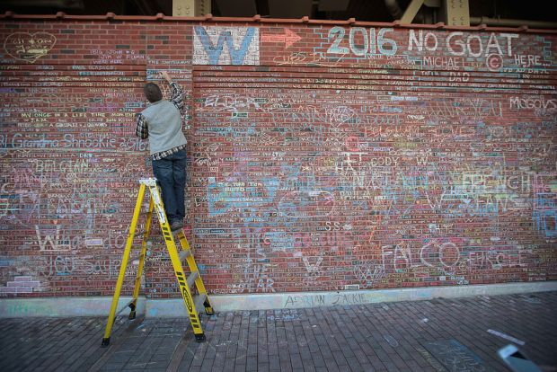 Cubs Fans Honor Team With Chalk Messages at Wrigley Field