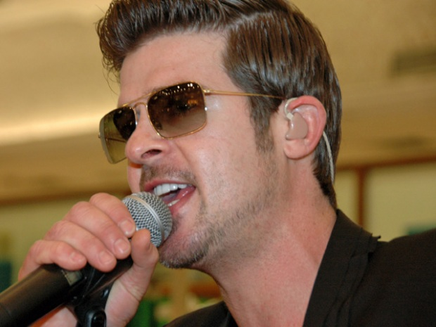 Robin Thicke Treats Fans to Free Chicago Show