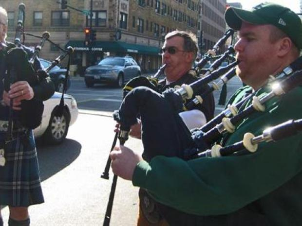[CHI] Bag Pipers Play on Chicago Streets