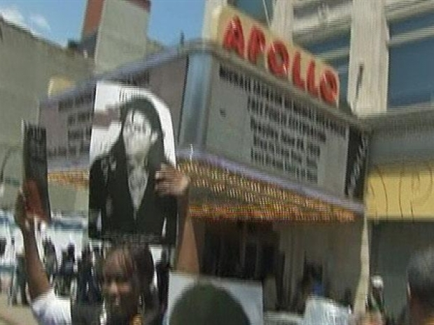 [NY] Fans Gather for Apollo Theater's Jackson Memorial