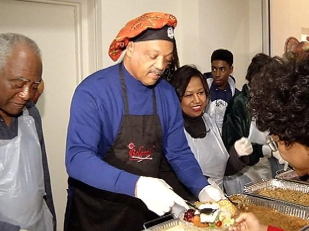 [CHI] Mayoral Hopefuls Serve up Thanksgiving Dinner
