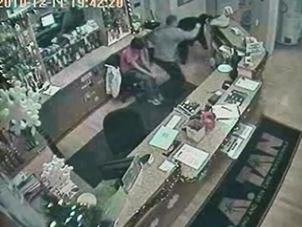 [CHI] Surveillance Video: L.A. Tan Customer Overtakes Robber
