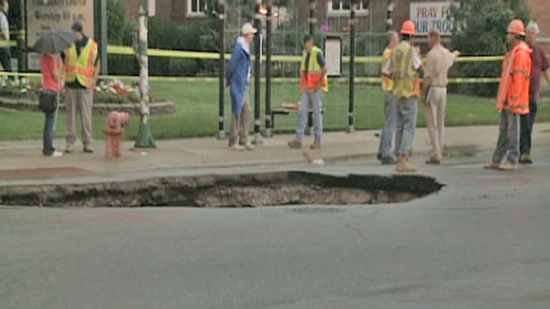 [CHI] Raw: Sinkhole on City's Northwest Side