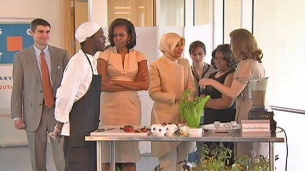 [CHI] First Lady Gives NATO Spouses a South Side Tour
