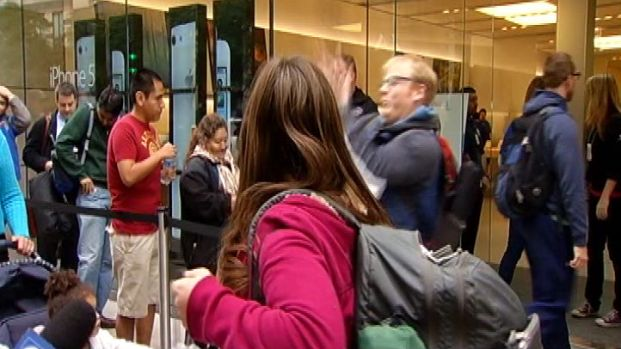 [CHI] iPhone 5 Fail: Man Drops Phone Outside Store