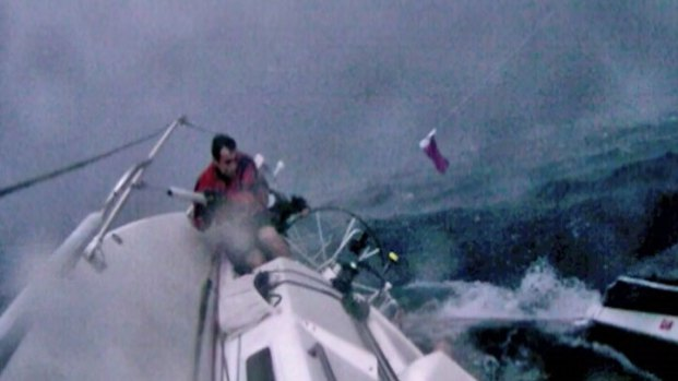[CHI] Dramatic Images: Boat Capsized by Storm During Race to Mackinac