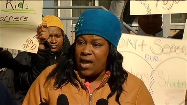 [CHI] Parents Protest Chicago School Closures