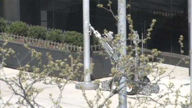 [CHI] Raw: Robot Investigates Suspicious Object on Michigan Avenue