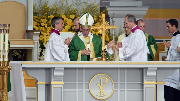 Pope Calls for Tolerance, Loving Gestures, in Final Mass