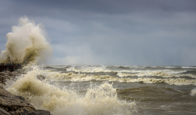 NWS Warns of High Waves, Strong Currents at Chicago Beaches