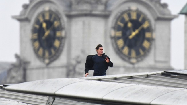Sprinting Tom Cruise brings part of London to a standstill