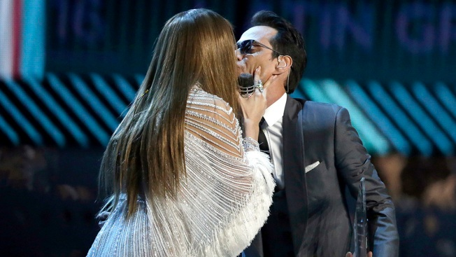 [TEL-COPY] Jennifer López and Marc Anthony Kiss at the Latin Grammy Awards