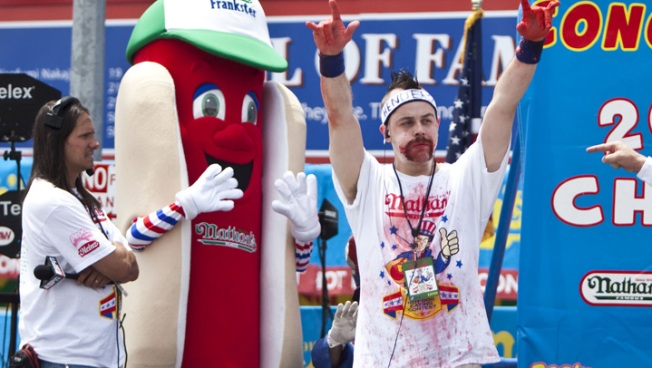 Chicagoan Snags 2nd in Hot Dog Eating Contest