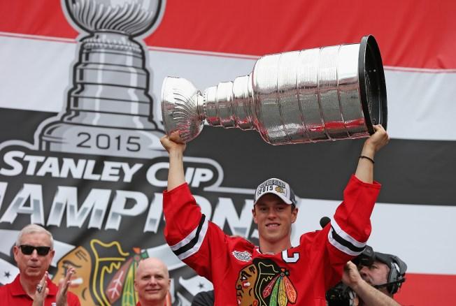 Video: Jonathan Toews Brings Cup to Winnipeg, Plays Street Hockey With Kids
