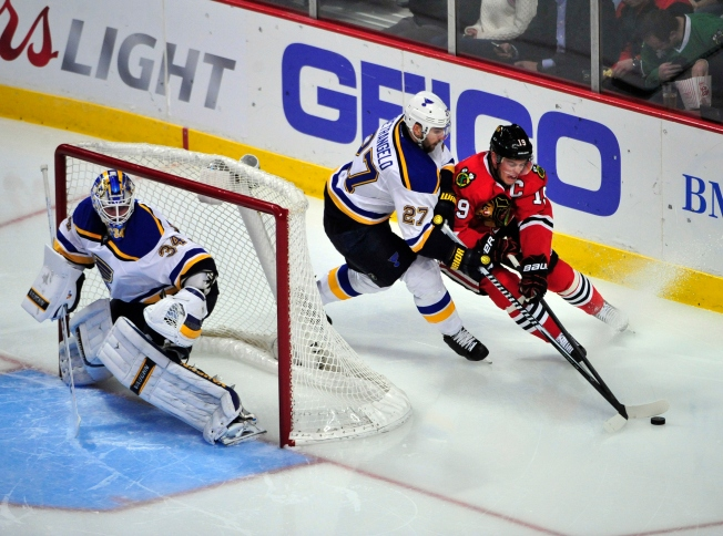 Blackhawks Drop Third Straight as Blues Clinch Central Division Title