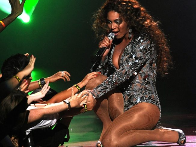 Happy Hands: Watch Beyonce Crowd Surf in London