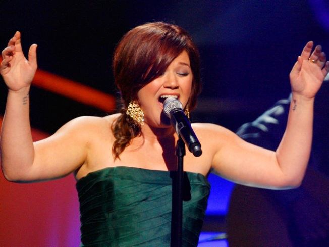 Kelly Clarkson Covers Miley Cyrus' 'The Climb'