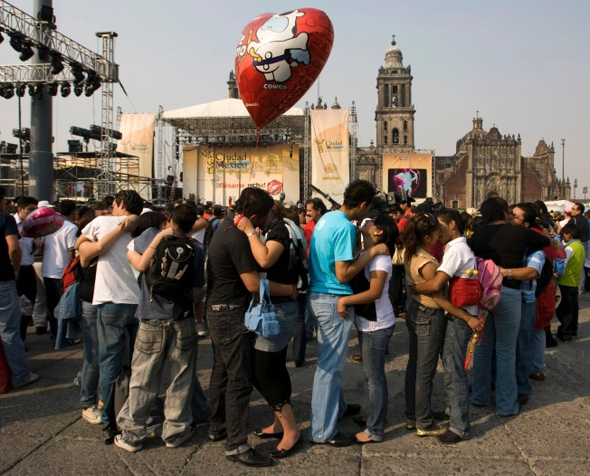 Mexicans Set World Kissing Record on V-Day