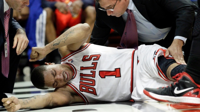 Rose Suffers Knee Injury as Bulls Rout 76ers
